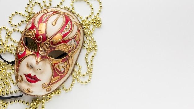 Máscara luxuosa e misteriosa de carnaval com pérolas