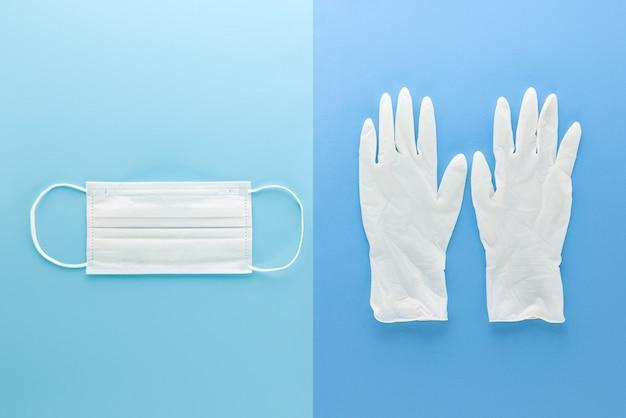Máscara médica branca e luvas de borracha limpas para proteção durante a vista superior da pandemia de coronavírus