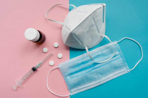 Máscara médica branca isolada. máscara de proteção contra coronavírus. cuidados de saúde e conceito cirúrgico.