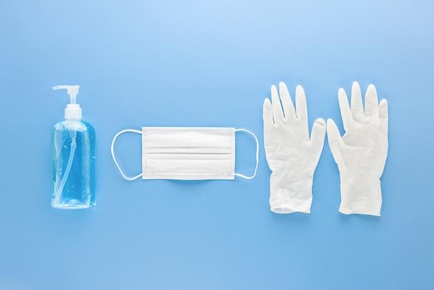 Máscara médica, luvas e desinfetante para as mãos com gel alcalino para proteção contra infecções durante a pandemia de covid-19