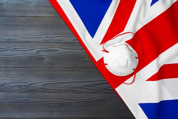 Máscara médica na bandeira do reino unido