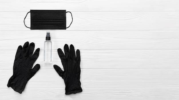 Máscara médica preta de vista superior e luvas com espaço de cópia