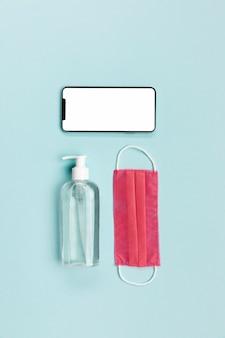 Máscara médica rosa de vista superior com telefone em branco