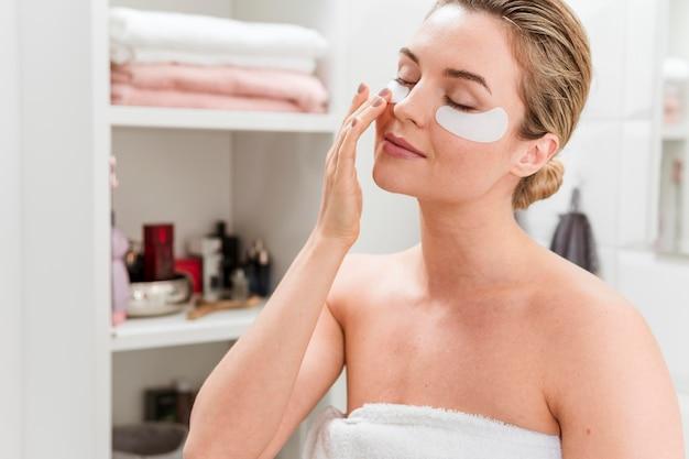 Máscara ocular de colágeno para hidratar o conceito de autocuidado