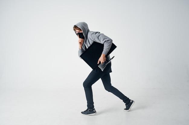 Máscara oculta de homem com capuz na cabeça computador monitor roubo furtivo