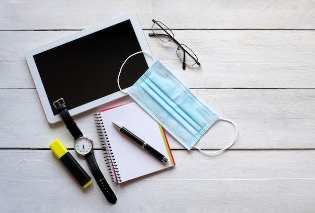 Máscara para sala de cirurgia, tablet, relógio de pulso, óculos, bloco de notas e caneta