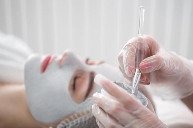 Máscara peeling facial, tratamento de beleza em spa, cuidados com a pele