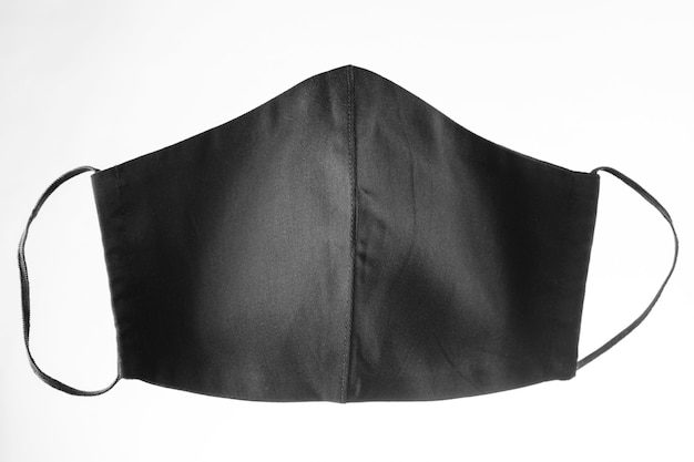 Máscara protetora facial em fundo branco. máscara facial reutilizável preta. máscara antivírus. isolado