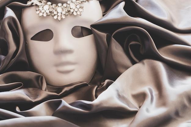Máscara simples com jóias em seda