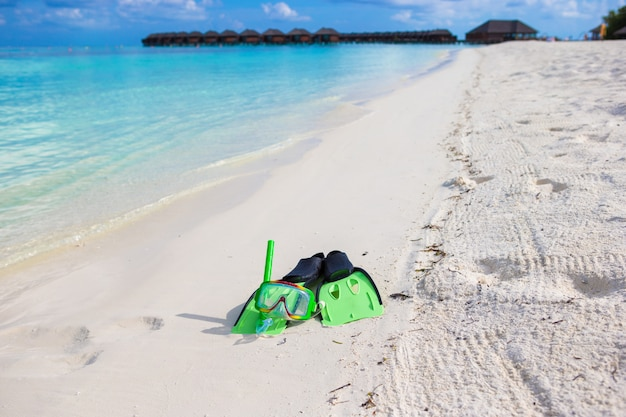 Máscara, snorkel e nadadeiras para mergulho na praia de areia branca