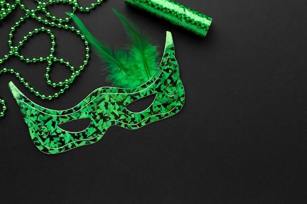 Máscara verde cibernética e pérolas