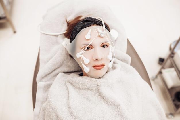 Máscara vib no rosto de uma mulher.