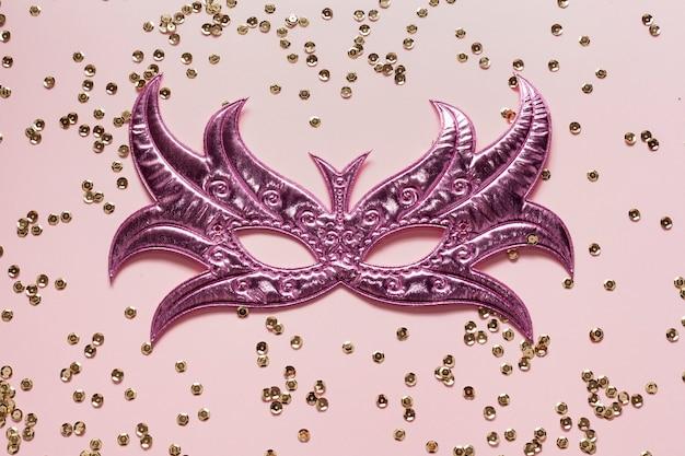 Máscara violeta com lantejoulas douradas