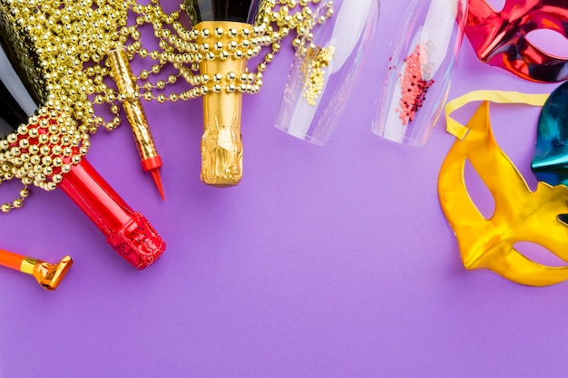 Máscaras de carnaval coloridas com garrafas de champanhe