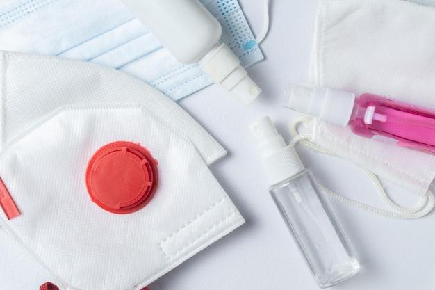Máscaras de proteção para prevenção de coronavírus e sprays desinfetantes. proteção covid