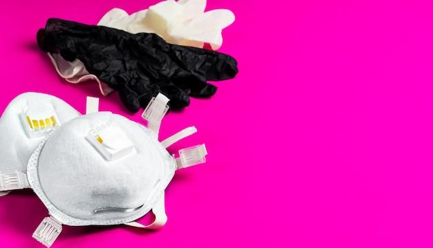 Máscaras de proteção respiratória e luvas de látex