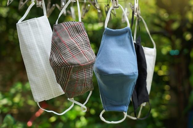 Máscaras de tecido após lavagem e limpeza no cabide