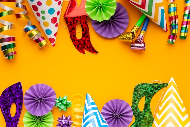Máscaras e decorações coloridas planas