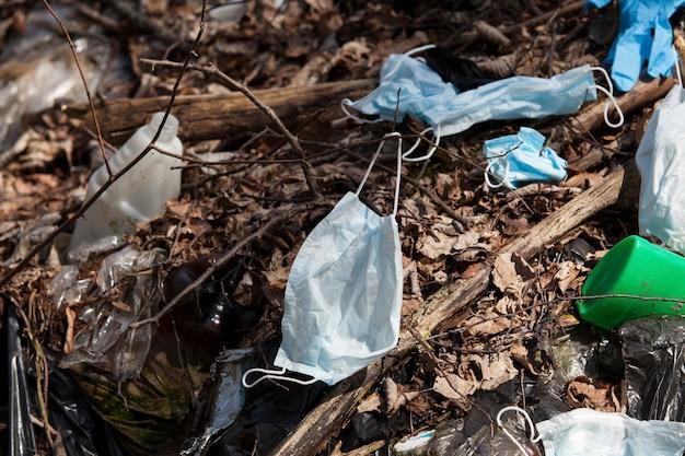 Máscaras faciais e luvas usadas poluem o meio ambiente um novo tipo de lixo