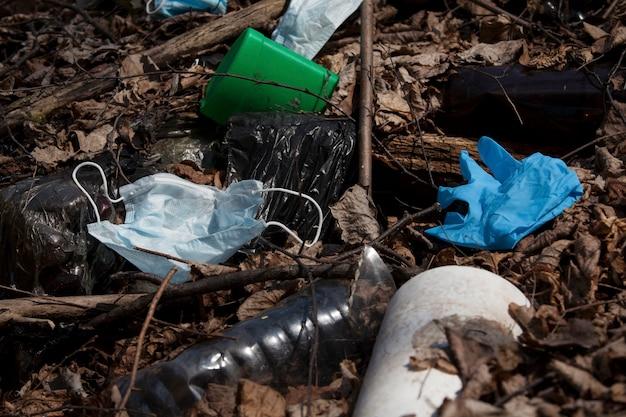 Máscaras faciais e luvas usadas poluem o meio ambiente