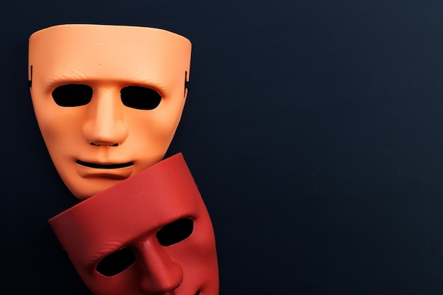 Máscaras faciais em fundo escuro. vista do topo
