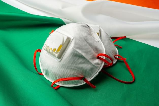 Máscaras faciais na bandeira da irlanda