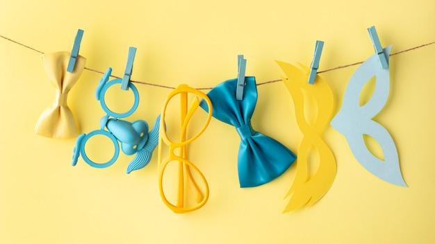 Máscaras fofas de carnaval em uma corda