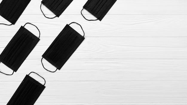 Máscaras médicas pretas de vista superior com espaço de cópia