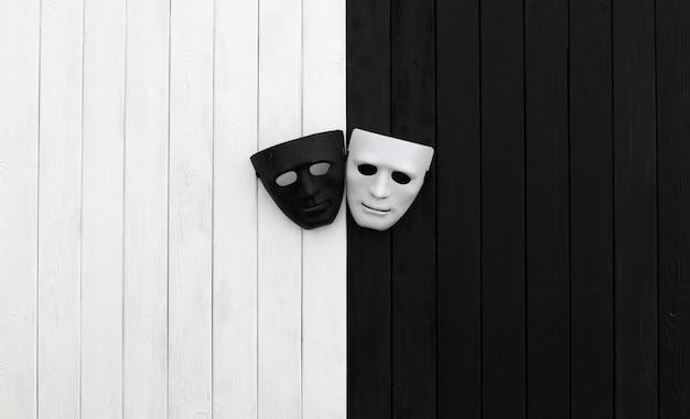 Máscaras preto e branco em fundo preto e branco