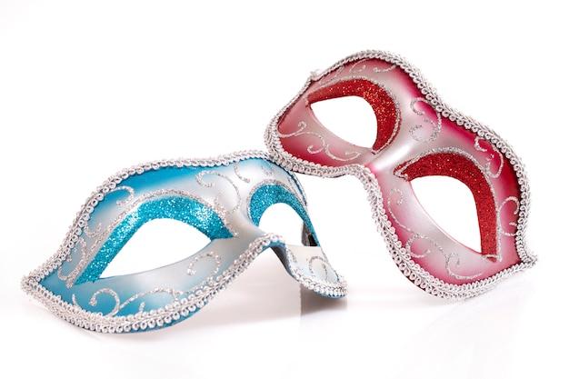 Máscaras venezianas azuis e vermelhas