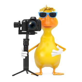 Mascote de personagem de pato de desenho animado amarelo bonito com dslr ou sistema de tripé de estabilização de cardan de câmera de vídeo em um fundo branco. renderização 3d