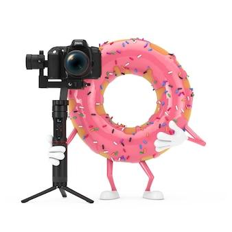 Mascote vitrificada do caráter da rosquinha do rosa grande da morango com sistema de tripé de estabilização do balancim da dslr ou da câmera de vídeo em um fundo branco. renderização 3d