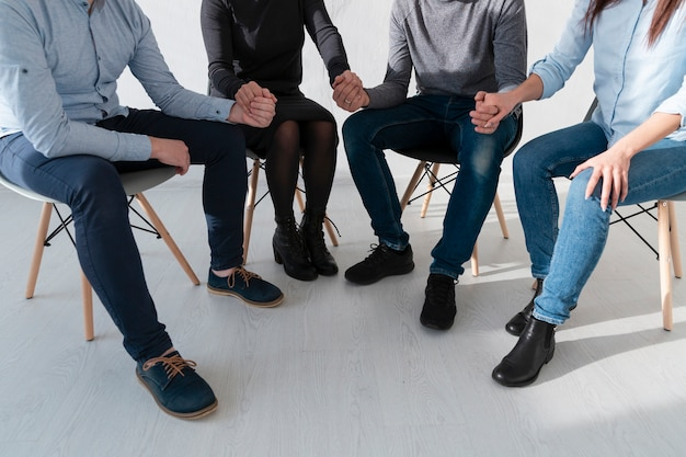 Masculinas e femininas mãos segurando as mãos