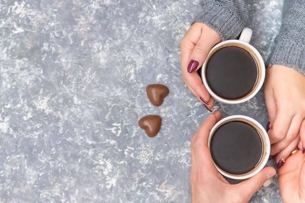 Masculinas e femininas mãos segurando copos de café. foco seletivo.