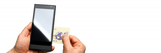 Masculinas mãos segurando o terminal pos sem fio e cartão bancário isolado na parede whiite closeup