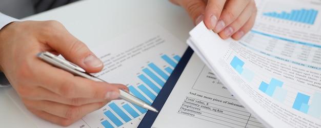 Masculinas mãos segurar documentos com financeira