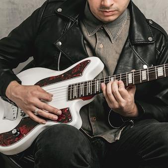 Masculinas mãos tocando linda guitarra vintage