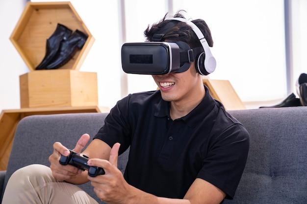 Masculino asiático joga jogo com óculos vr