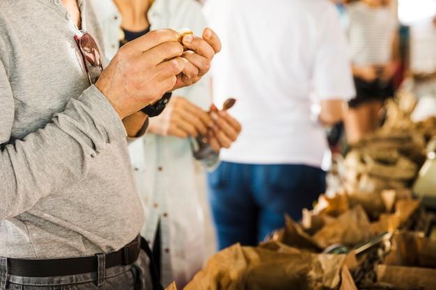 Masculino consumidor escolhendo data no mercado tenda