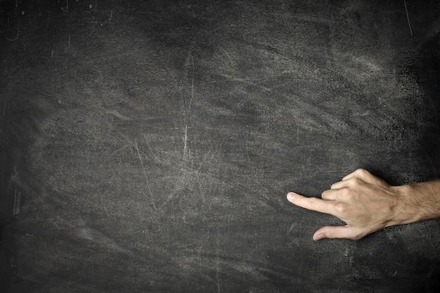 Masculino dedo apontando em um quadro negro