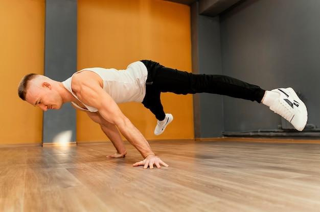 Masculino fazendo breakdance