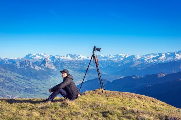 Masculino fotógrafo está atirando vista da montanha rigi na suíça