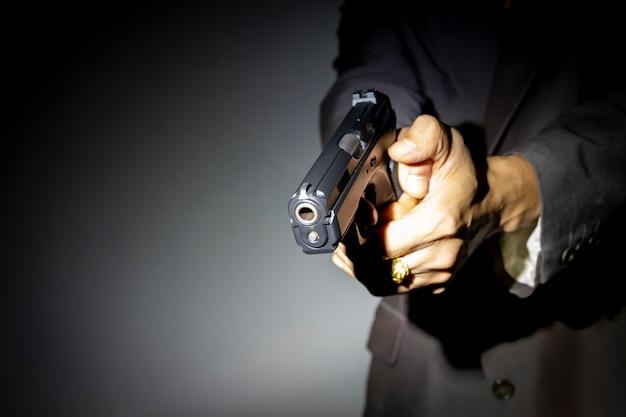 Masculino mão segurando a arma para atirar