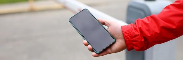 Masculino mão segurando a barra de limite de comutação de smartphone