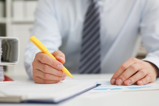 Masculino mão segurando a caneta prata pronta para