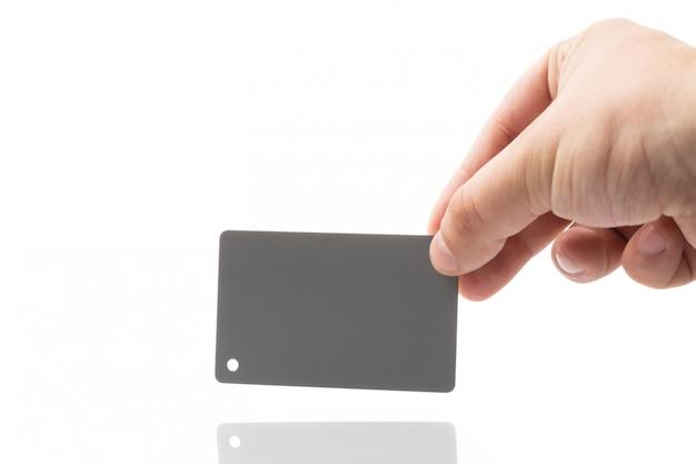 Masculino mão segurando o cartão cinza de fotografia para balanço de branco