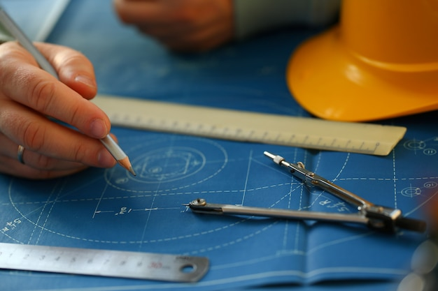 Masculino mão segurando o lápis na mão.