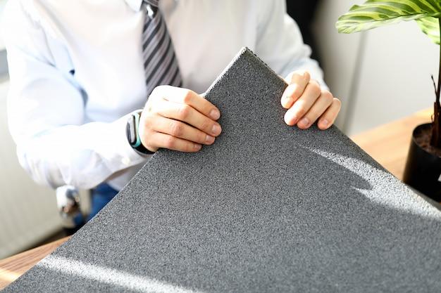 Masculino mão segurando o tapete de borracha