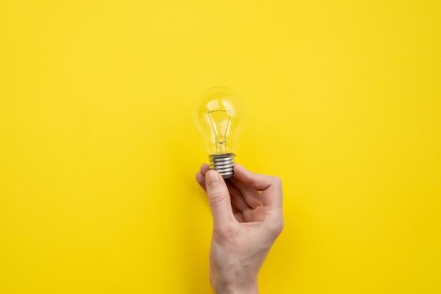 Masculino mão segurando uma lâmpada