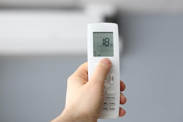 Masculino mão segure ar condicionado remoto